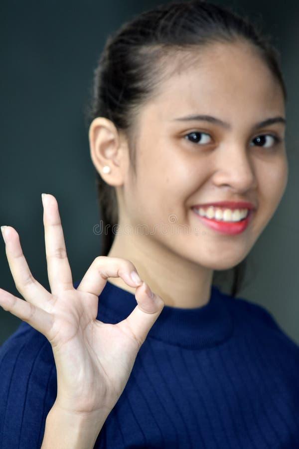 Belle fille asiatique et signe correct images stock