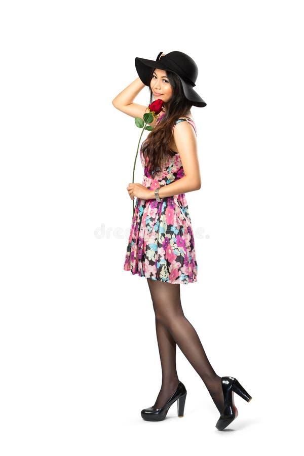 Belle fille asiatique heureuse et de joie dans la robe élégante de mode photos stock