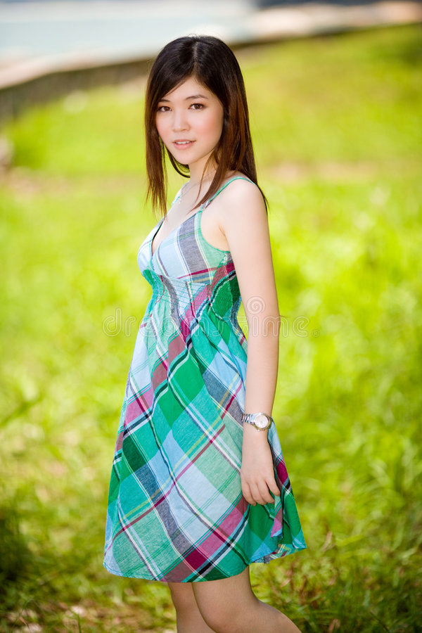 Belle fille asiatique innocente à l'extérieur photo libre de droits