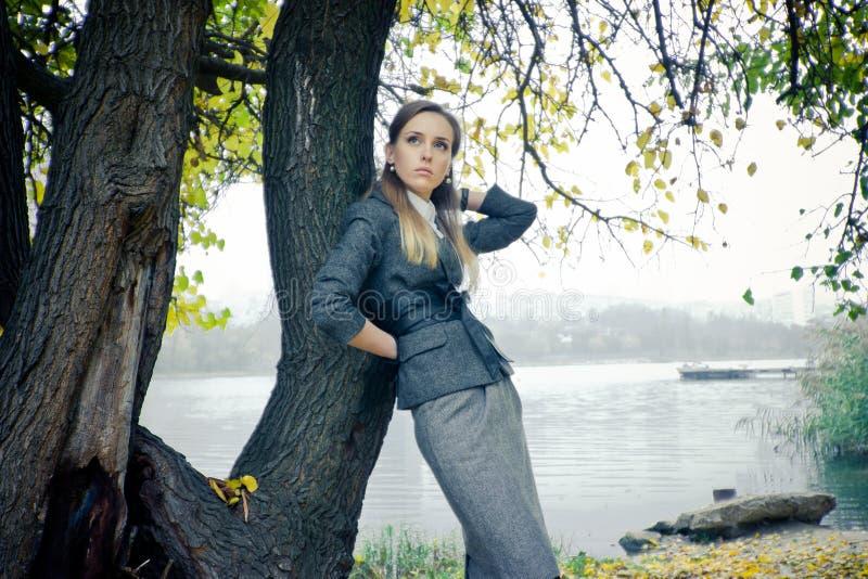 Belle fille au lac images stock
