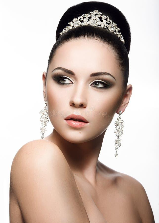 Belle fille aux cheveux foncés dans l'image d'une jeune mariée images libres de droits