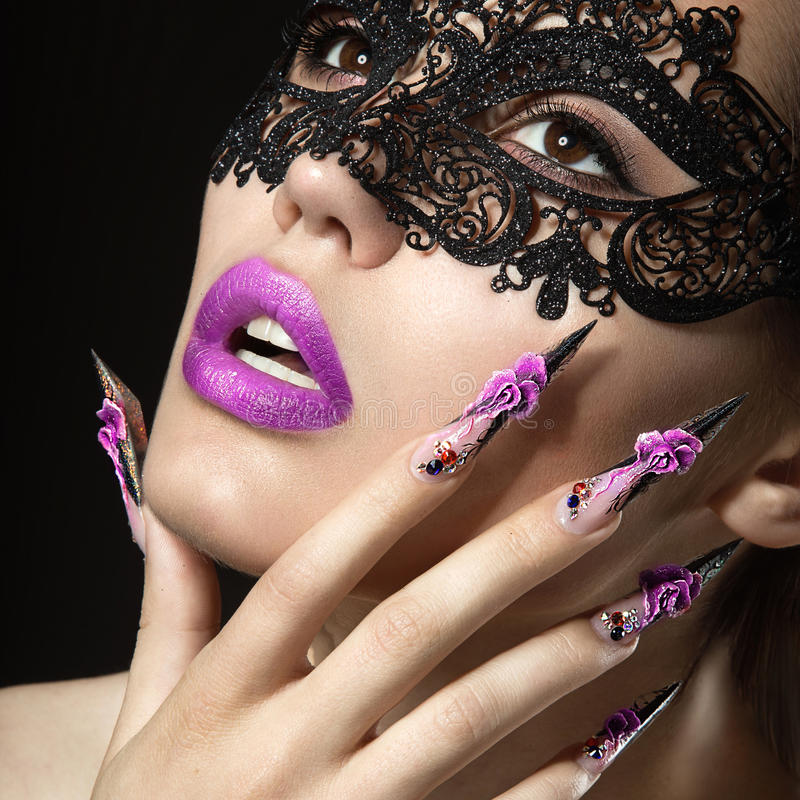 Belle fille avec de longs clous et lèvres sensuelles Visage de beauté photographie stock libre de droits