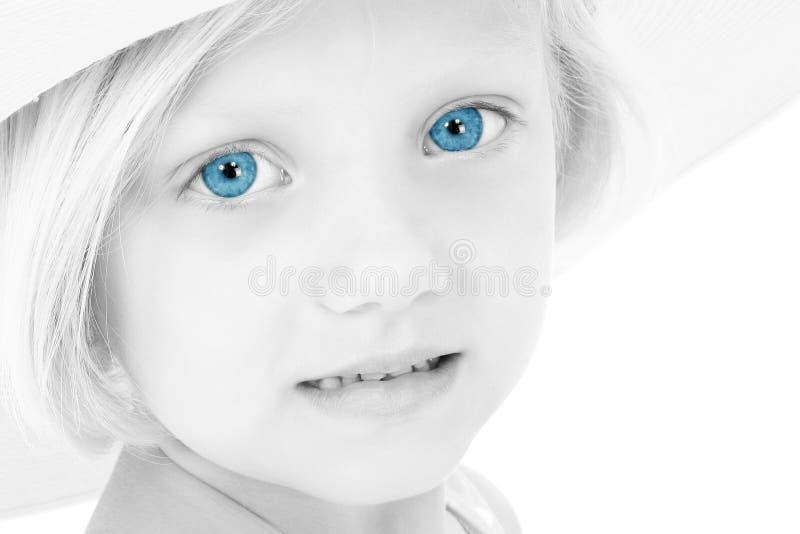 Belle fille avec des œil bleu dans le chapeau photos stock