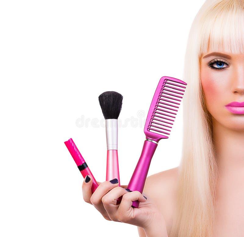 Belle fille avec des brosses de maquillage images stock