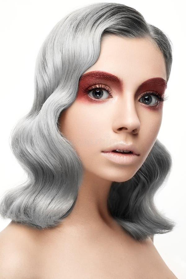 Belle fille avec des cheveux gris de boucle et un maquillage créatif Visage de beauté photographie stock libre de droits