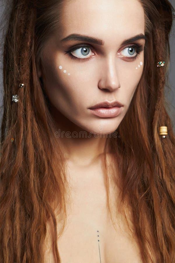 Belle fille avec des dreadlocks et le maquillage photographie stock
