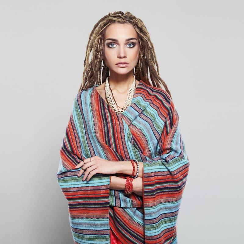 Belle fille avec des dreadlocks jolie jeune femme avec la coiffure africaine de tresses hippie photo libre de droits