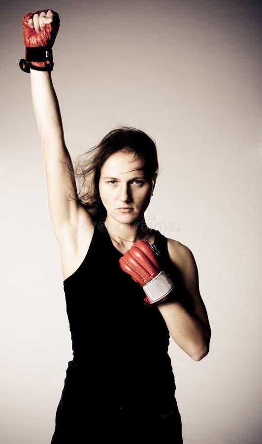 Belle fille avec des gants de boxe. photo stock