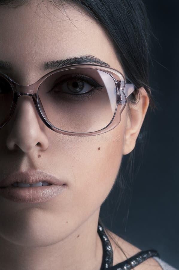 Belle fille avec des lunettes de soleil images stock