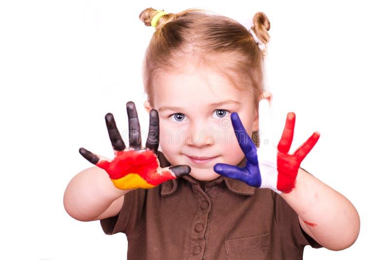 Belle fille avec des mains peintes en tant qu'indicateurs allemands et français photos libres de droits