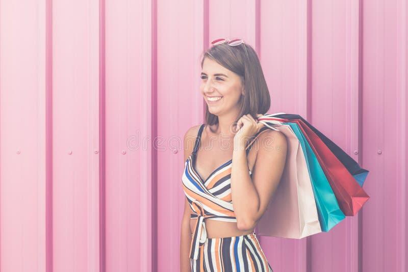 Belle fille avec des paniers contre le mur rose photo libre de droits