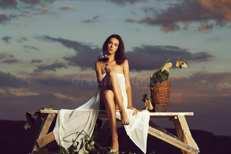 Belle fille avec du vin photo libre de droits