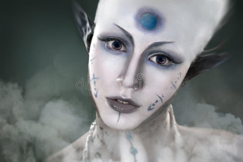 Belle fille avec l'étranger mystérieux de maquillage photos stock