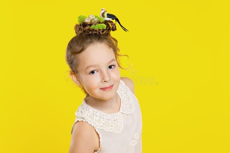 Belle fille avec la coiffure créatrice image stock