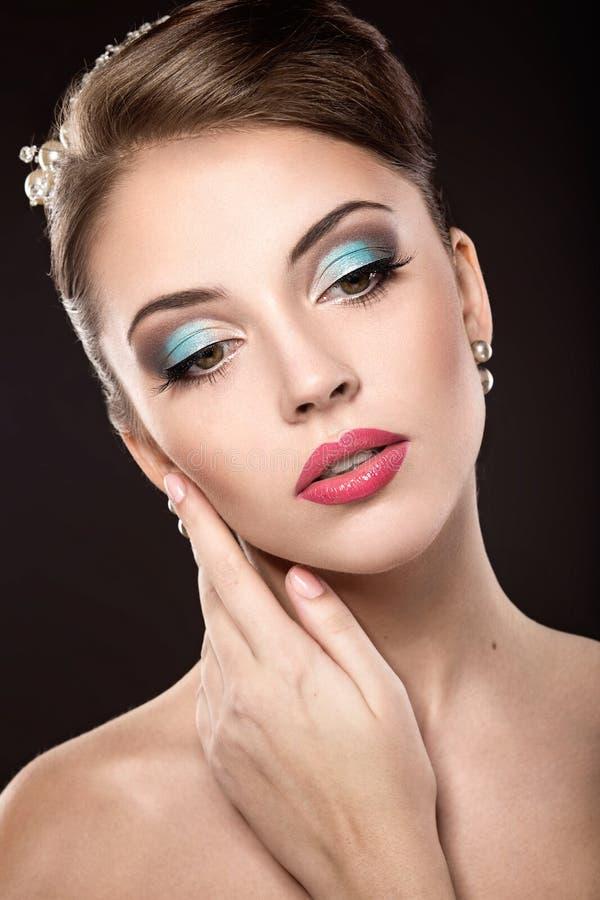 Belle fille avec la coiffure lumineuse de maquillage et de soirée photos stock