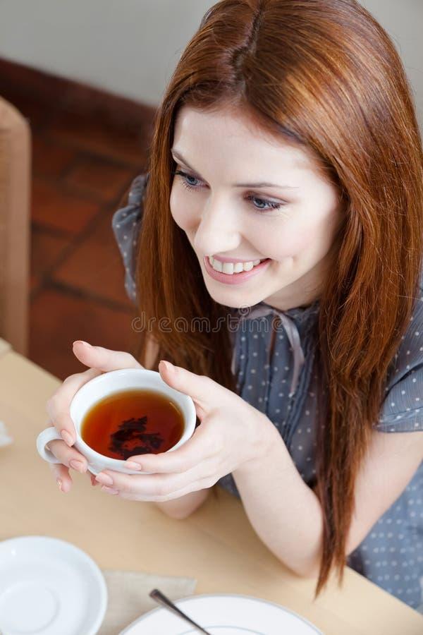 Belle fille avec la cuvette de thé photographie stock