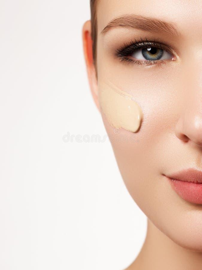 Belle fille avec la fin fraîche propre de peau  Concept de soin de peau images stock