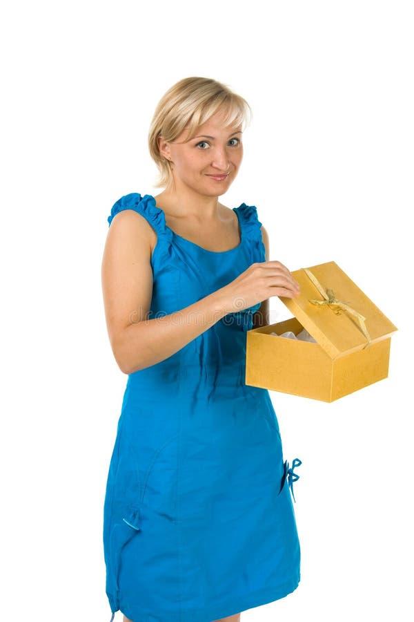 Belle fille avec le cadre de cadeau photographie stock