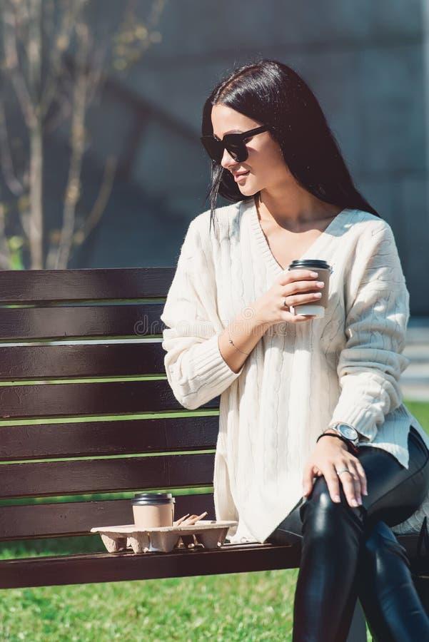 Belle fille avec le centre commercial d'extérieur de sacs en papier photo libre de droits