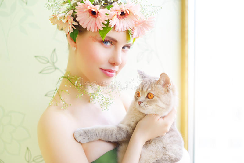 Belle fille avec le chat photographie stock