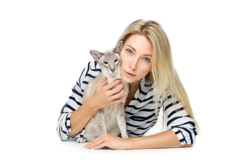Belle fille avec le chat oriental du Siam image stock
