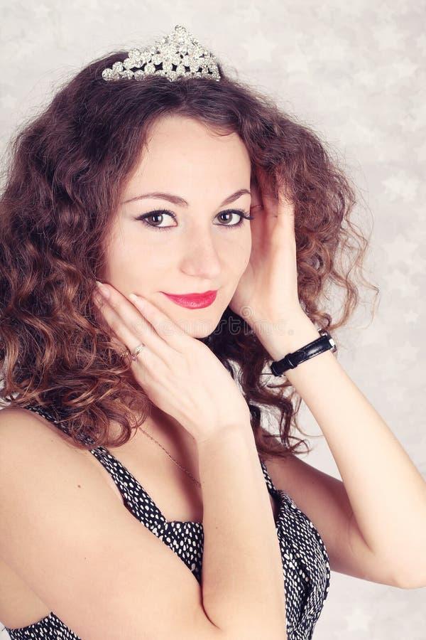 Belle fille avec le diadème photographie stock