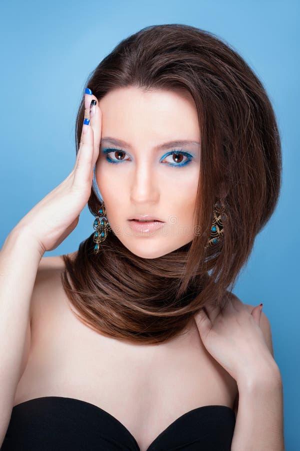 Belle fille avec le maquillage bleu lumineux et les bijoux image libre de droits