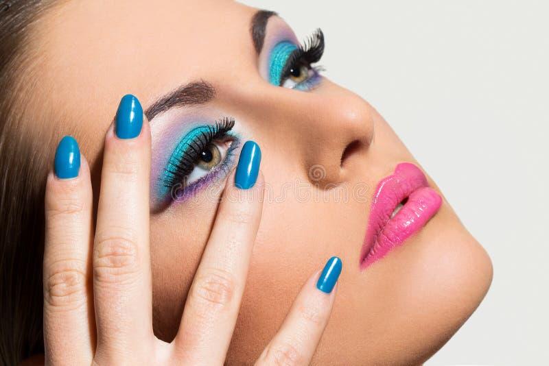 Belle fille avec le maquillage coloré photographie stock libre de droits