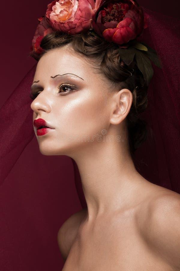 Belle fille avec le maquillage créatif d'art dans l'image de la jeune mariée rouge pour Halloween Visage de beauté images libres de droits
