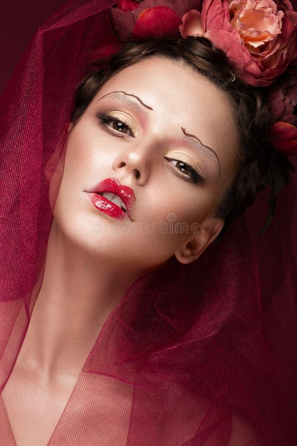 Belle fille avec le maquillage créatif d'art dans l'image de la jeune mariée rouge pour Halloween Visage de beauté image stock