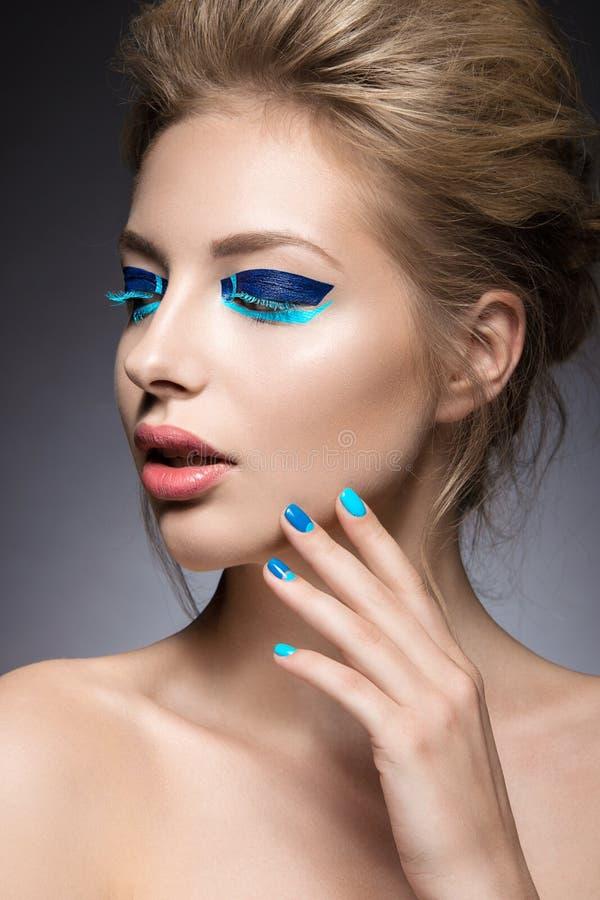 Download Belle Fille Avec Le Maquillage Créatif Lumineux De Mode Image stock - Image du lumière, amour: 56488877