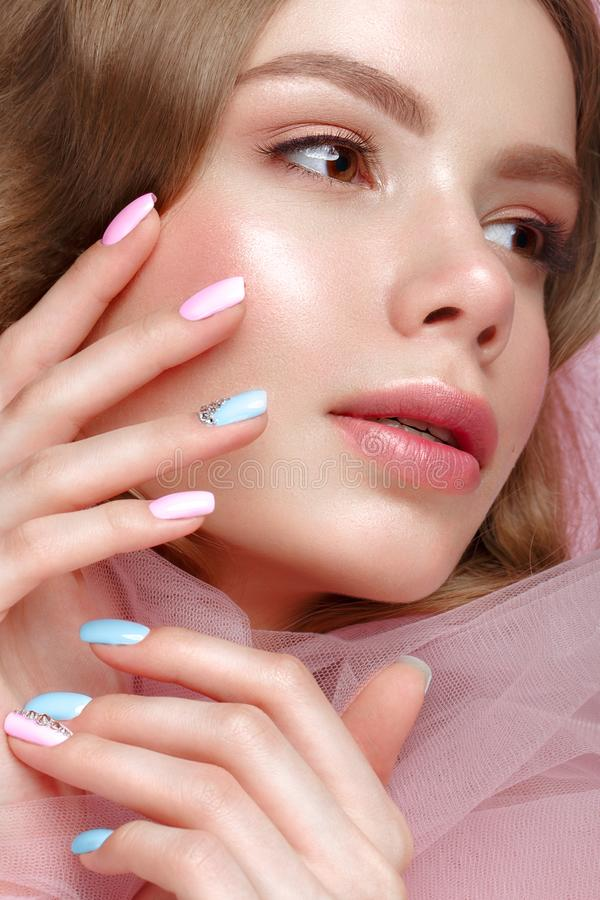 Belle fille avec le maquillage léger et manucure douce dans des vêtements roses Visage de beauté Clous de conception photo stock