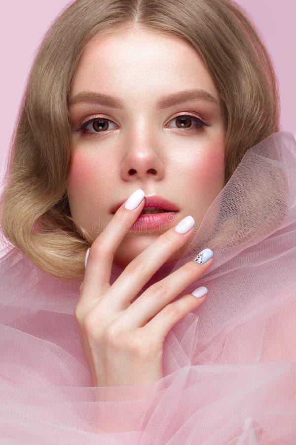 Belle fille avec le maquillage léger et manucure douce dans des vêtements roses Visage de beauté Clous de conception images stock