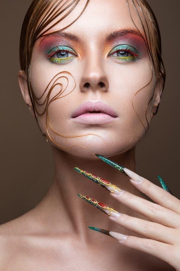 Belle fille avec le maquillage lumineux de mode photographie stock libre de droits