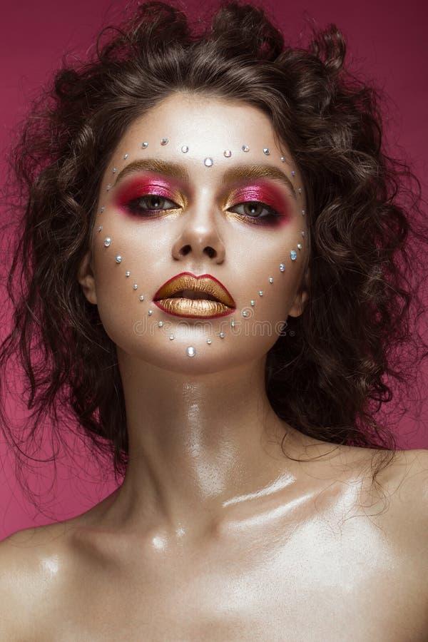 Belle fille avec le maquillage lumineux de mode, et coeur des cristaux sur le visage Jour du `s de Valentine images stock