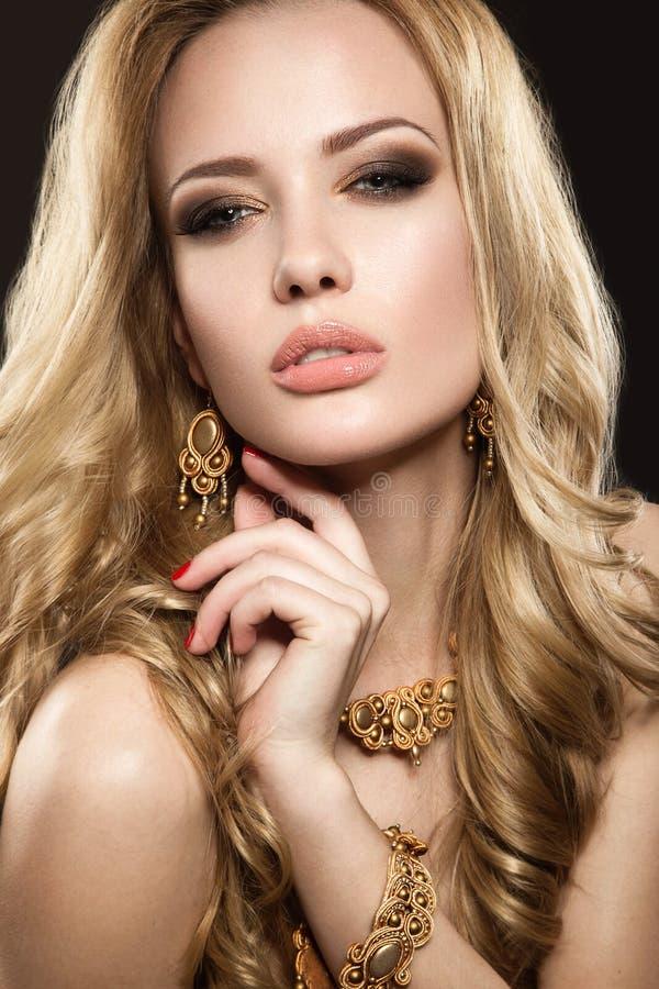 Belle fille avec le maquillage parfait de peau et de soirée photos libres de droits