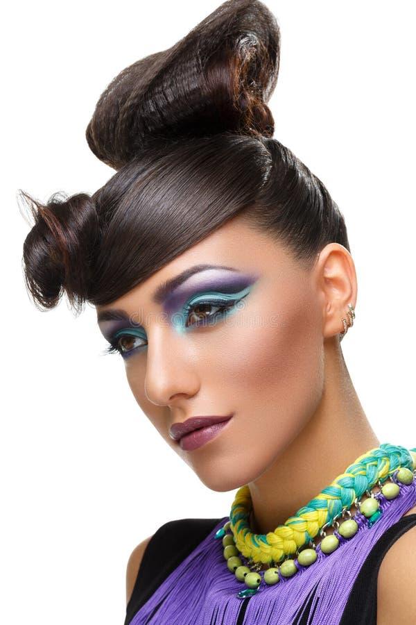 Belle fille avec le maquillage pourpre vif lumineux image stock