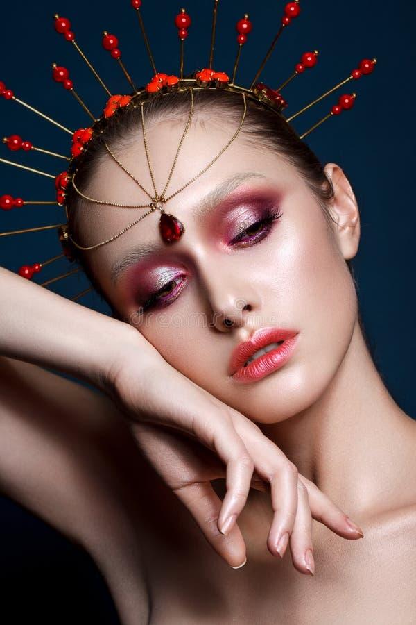 Belle fille avec le maquillage professionnel de couleur et l'accessoire principal indien image libre de droits