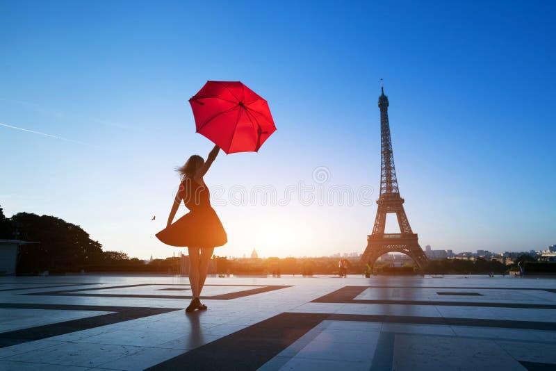 Belle fille avec le parapluie rouge près de Tour Eiffel, Paris images stock