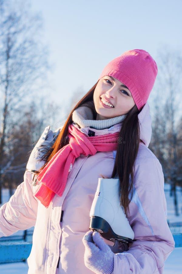Belle fille avec le patin de glace extérieur image stock