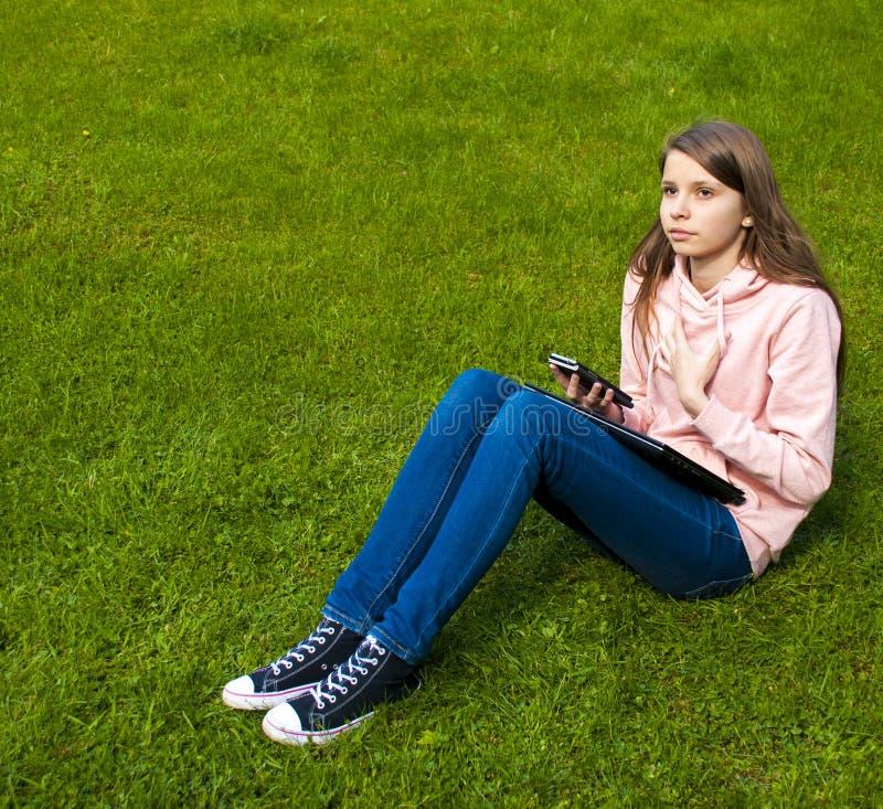 Belle fille avec le téléphone photos libres de droits