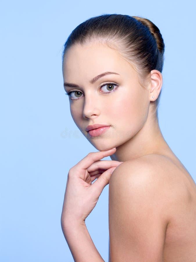 Belle fille avec le visage de santé photographie stock libre de droits