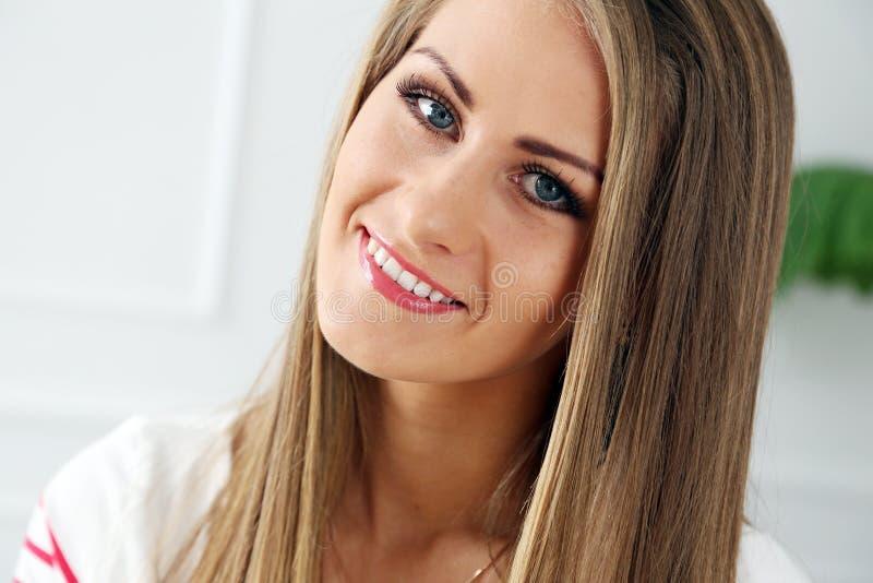 Belle fille avec le visage magnifique photo libre de droits