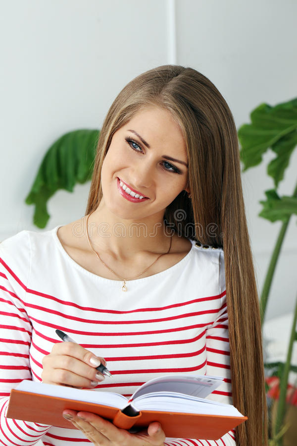 Belle fille avec le visage magnifique photos stock