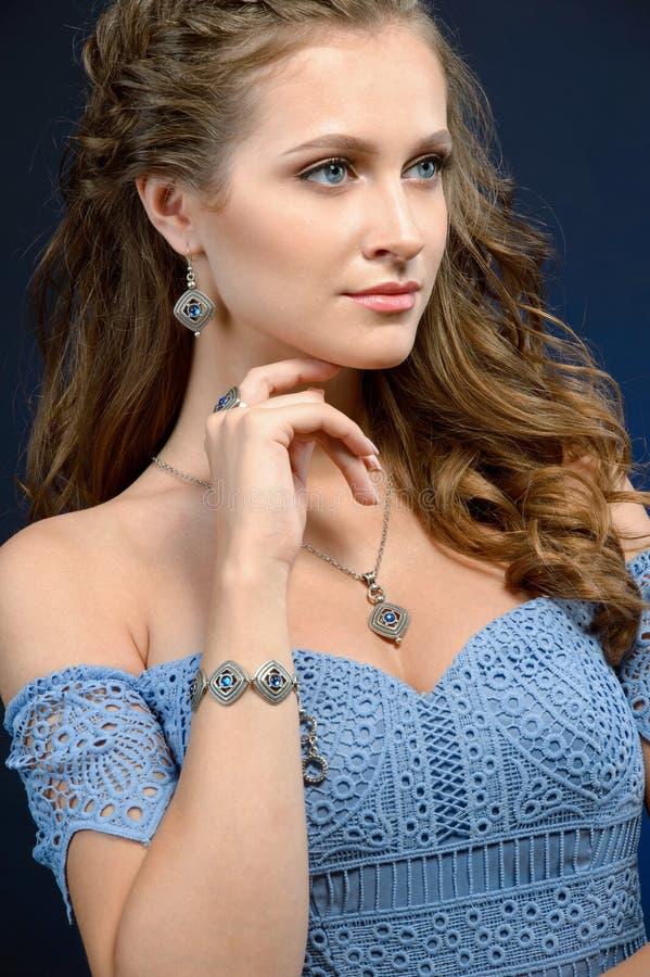 Belle fille avec les bijoux réglés Femme dans un collier avec un anneau images stock