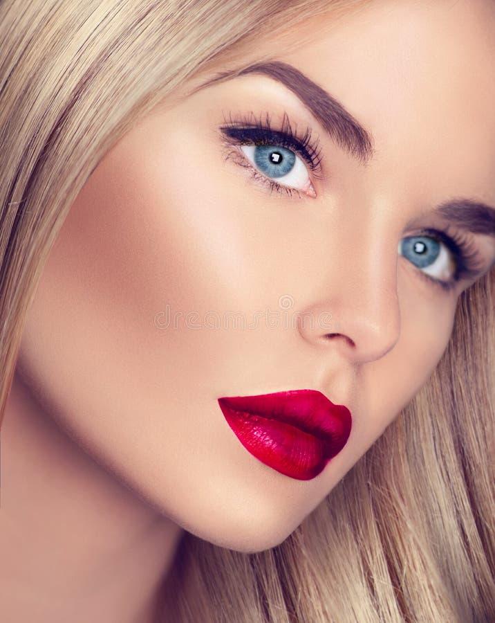 Belle fille avec les cheveux blonds sains image stock