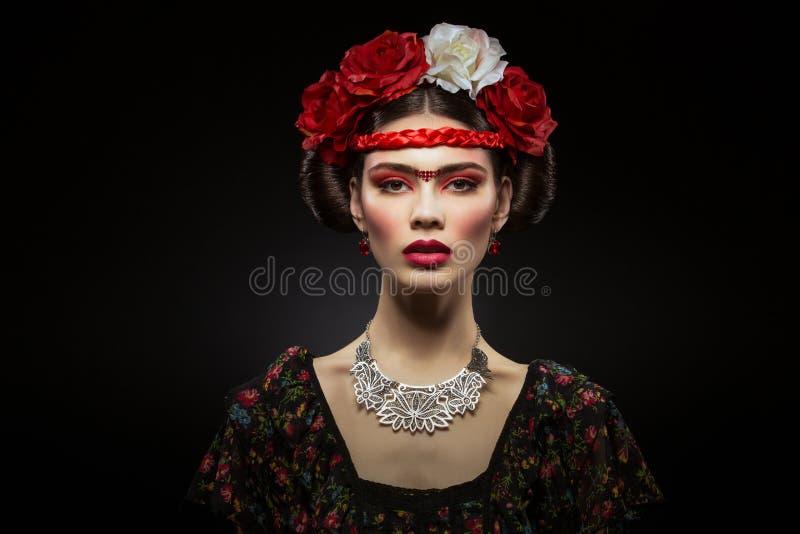 Belle fille avec les lèvres et les fleurs rouges photographie stock
