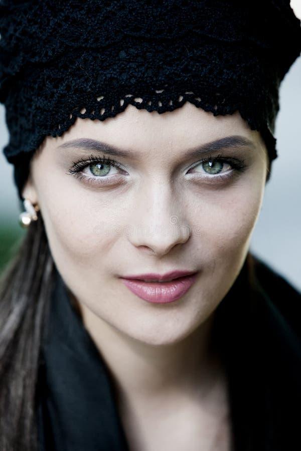 Belle fille avec les yeux verts en parc de ville Portrait de visage de beauté de femme image stock