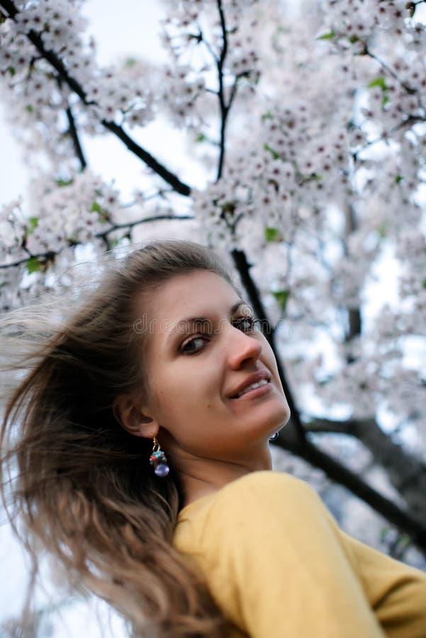 Belle fille avec sakura de floraison photo libre de droits