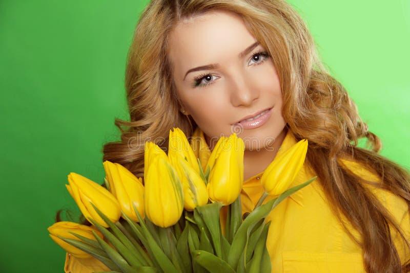 Belle fille avec Tulip Flowers. Beauté Woman Face modèle. Perforation photos stock